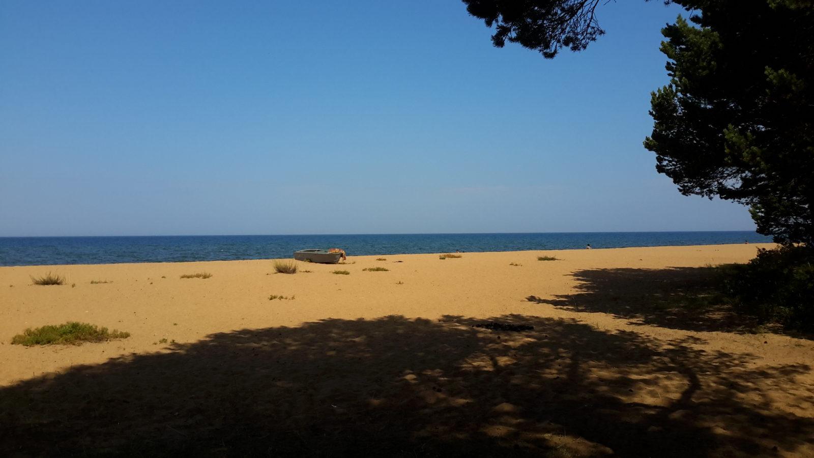 Лодка на песчаном берегу