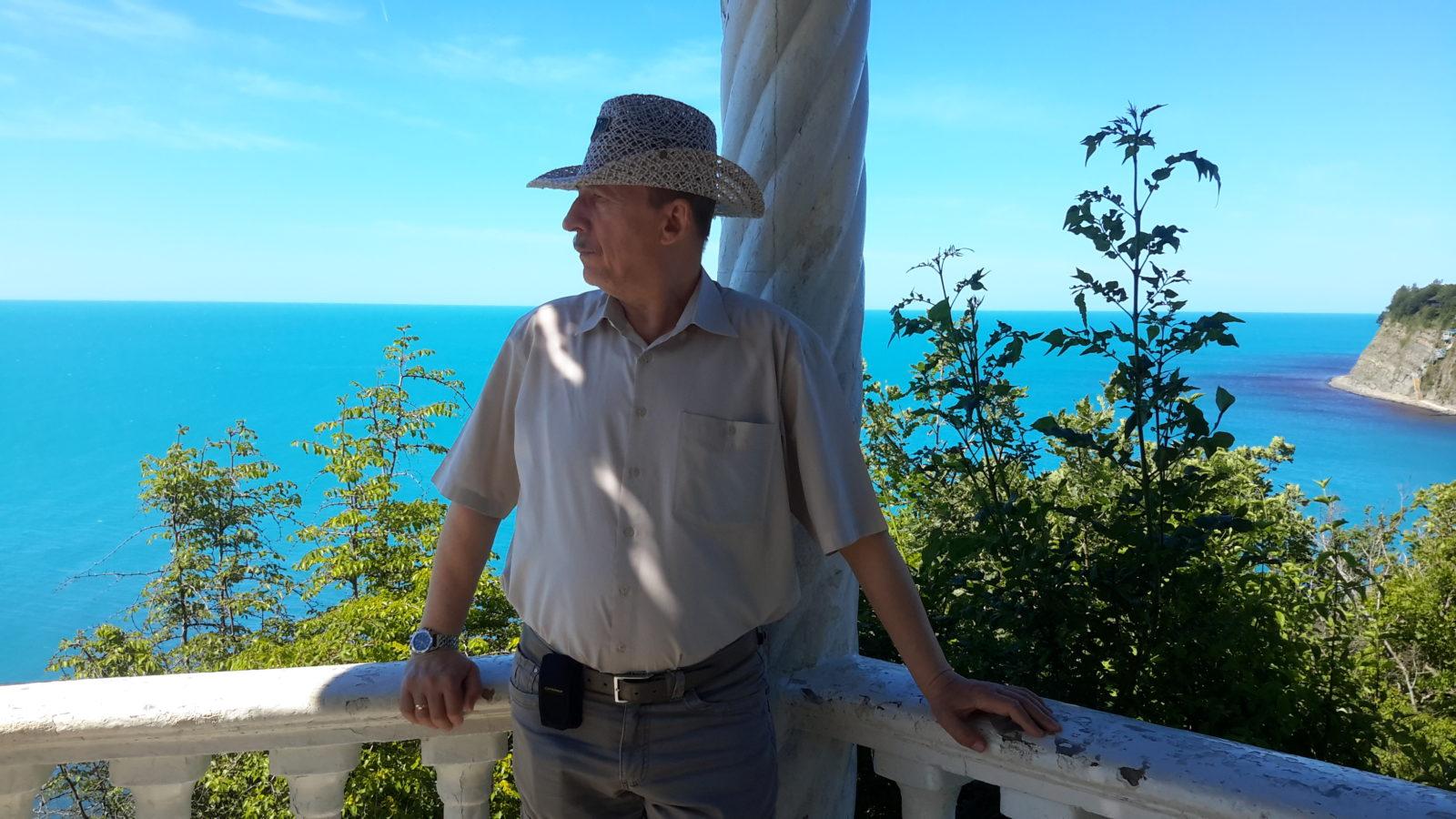 Пенсионер в беседке с красивым видом на море